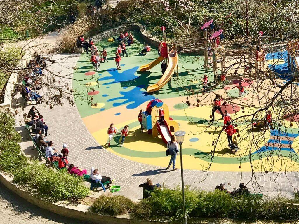 ヴィルマン庭園で遊ぶ子どもたちと見守るヌヌ(乳母)たち