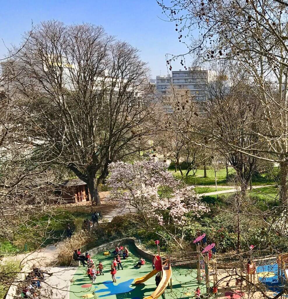 ヴィルマン庭園の空。遊ぶ子どもたちと見守るヌヌ(乳母)たち:滞在中のパリで筆者撮影、2019 年 3 月