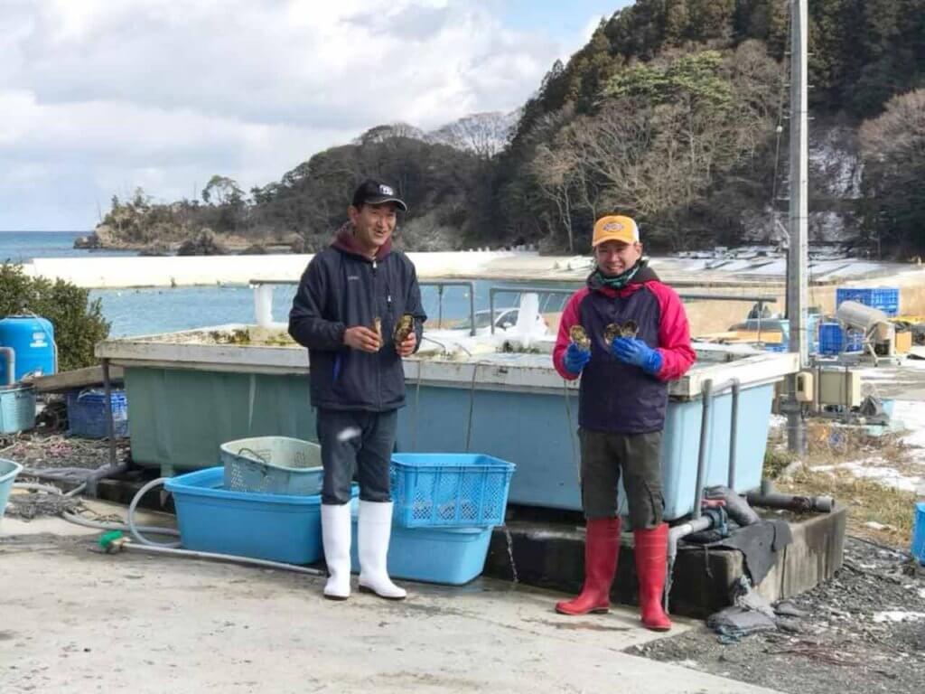 牡蠣漁師の後藤清広さんと息子の伸弥さん