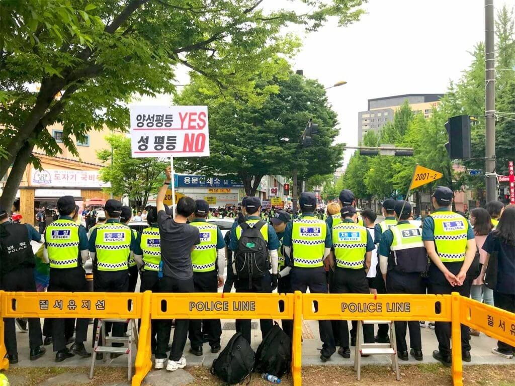 警察隊と右派活動家の写真