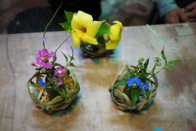 竹籠と花の写真