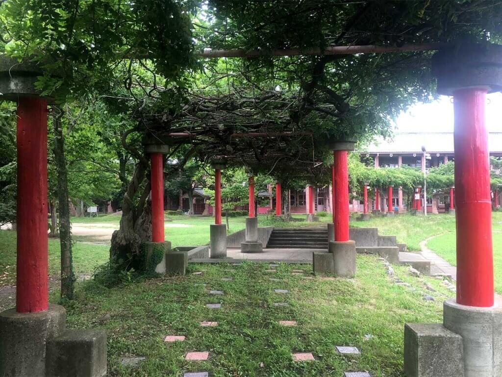笠原小学校の竜宮城のような赤い色の印象的な柱。