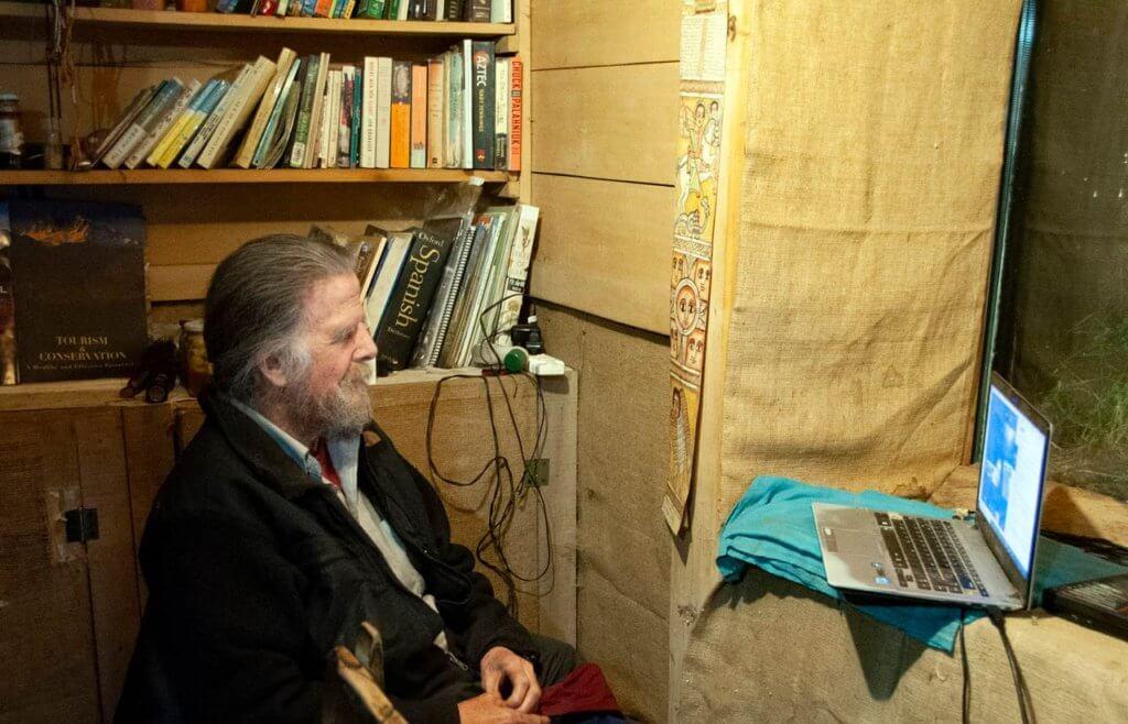 自宅からシドニー大学にオンラインで講義するポール 撮影・著者