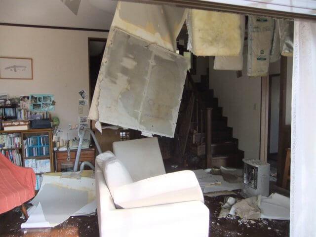 2013年3月 飯舘の我が家の居間の惨状写真