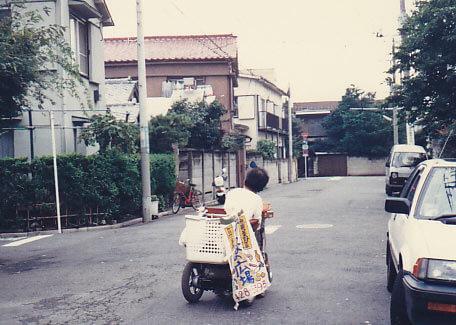 電動車イスで八百屋「みんなの広場」の野菜や弁当を配達する上田さん