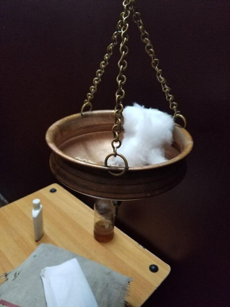 タッカダーラに使う桶。ここにバターミルクを入れて頭に垂らす。