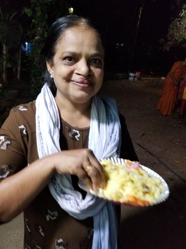 ウーシャとお祭りでビリヤニを食べる