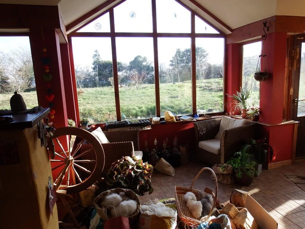 オコナー家の窓辺の室内。紡ぎ車、毛糸など