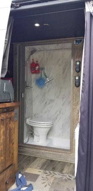 後部から見た車内。シャワールーム、トイレ